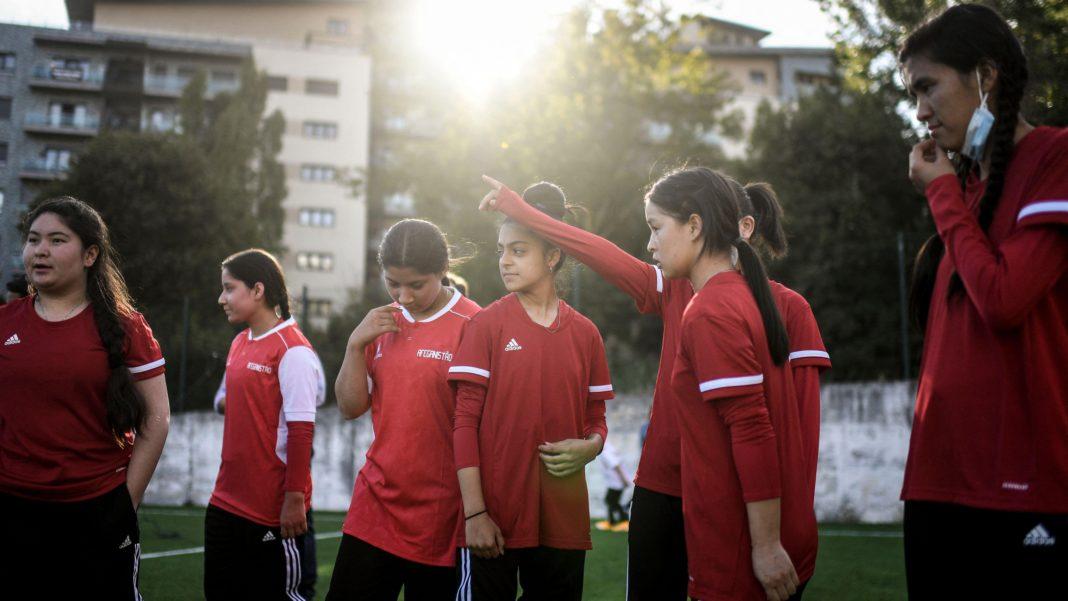 afghanische-fussballspielerinnen-im-teenageralter-–-auf-der-flucht-vor-den-taliban-–-werden-in-grossbritannien-umgesiedelt